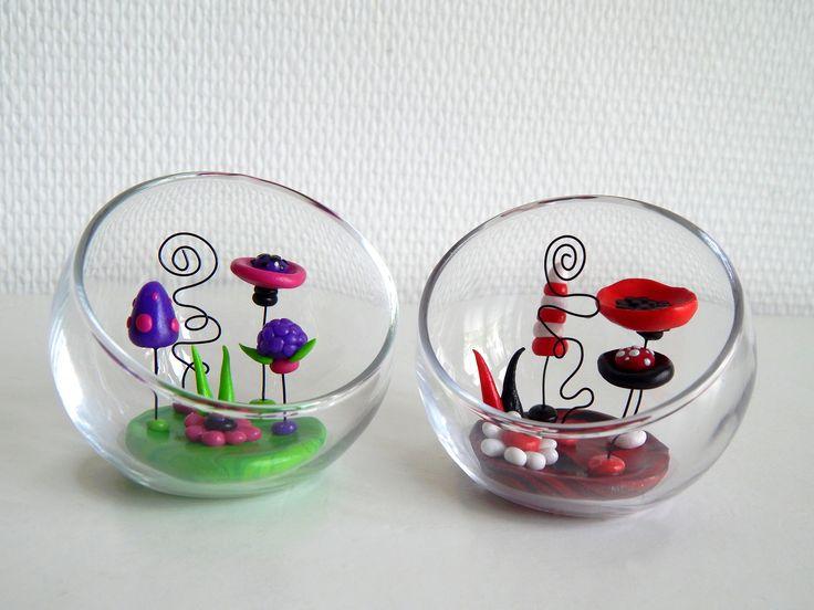 Petits jardins de fleurs en pâte polymère fimo dans une coupe en verre design. Fleurs, champignons, végétation bizarre dans un style féerique Jardins miniatures en pâte polymère, dispo sur la boutique en ligne, ici : https://www.alittlemarket.com/accessoires-de-maison/fr_jardins_de_fleurs_miniatures_en_fimo_decoration_fleurie_et_orignale_pot_de_fleurs_en_fimo_-18229068.html #fimo #fleurs #décorationflorale