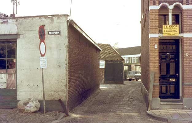 1972. Hof van Gulick hoek Kerkplein. Tot 1960 zat hier de fietsenstalling van Lok, later deed het dienst als garage voor auto's van buurtbewoners.