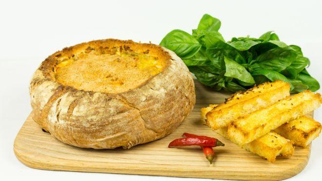 Острый сырный дип в хлебной чаше. Я без ума от этого блюда!