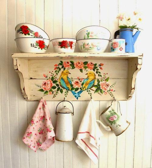 Podrías arreglar las repisas, y buscar de esas tazas de peltre con flores para servir los cafesitos... y que Mami Rosita te pinte las teteras
