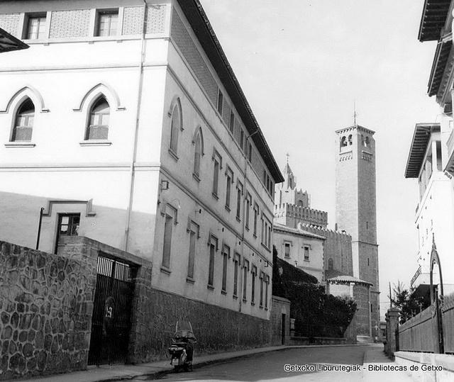 Calle Trinidad con la torre de los Trinitarios al fondo, y en primer término el convento (Colección Trinitarios de Algorta) (ref. 01652)
