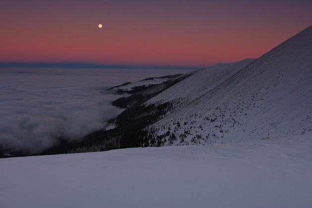 Fot. Piotr TrachtaZbocza Śnieżki zasnute chmurami