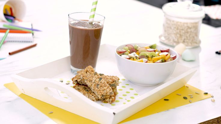 El desayuno más nutritivo y completo para los niños: un bol de frutas, batido de cacao y barritas energéticas caseras. ¡Aprende a elaborarlo!