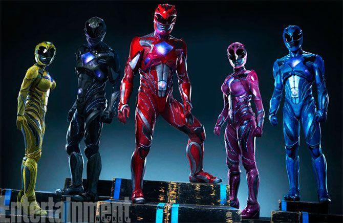 Después de ver la transformación radical de la nueva Rita Repulsa en la piel de Elizabeth Banks, es hora de conocer el cambio de los nuevos Power Rangers. Los héroes de los 90 han dejado las mallas en el pasado para renovar sus trajes con un look más moderno.