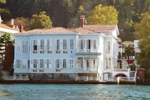ABUD EFENDİ YALISI Ostrorog ve Kıbrıslı yalıları arasında kalan Abud Efendi Yalısı 1900'lerin başında adını taşıdığı Abud Efendi tarafından satın alınmış. İstanbul'daki sarayların ve önemli binaların büyük bir kısmına imza atmış Ermeni Balyan ailesinden Garabet Amira çizmiş planları. Abud Efendi'nin kızı, İstanbul sosyetesinin 1920'lerde önemli fertlerinden biri olan Belkıs'mış. Onun dillere destan düğünü bu binada yapılmış.