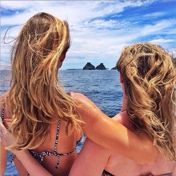 Gisele  Bündchen  posta foto abraçada a irmã gêmea no Brasil De passagem pelo Brasil, a über model compartilhou o momento de relax em Fernando de Noronha...