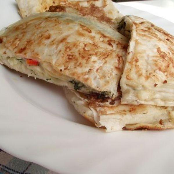 Мы собрали для вас лучшие рецепты для коллекции Рецепты из сулугуни: Лаваш с сулугуни на завтрак, Вкусные лепешки на кефире с сулугуни, Конвертики из лаваша с сыром, Салат из яиц крабовых палочек и сыра сулугуни
