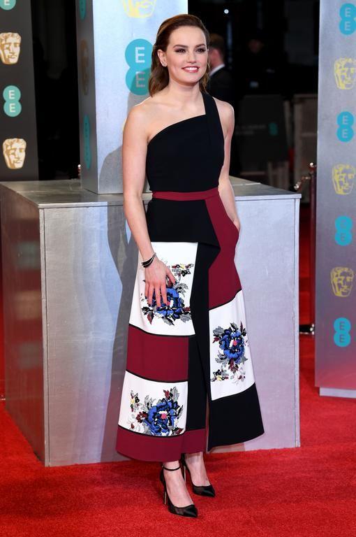 Daisy Ridley Daisy Ridley, vedette de la nouvelle saga Star Wars, apporte au tapis rouge une bose dose de fraîcheur avec cette robe signée du créateur français Roland Mouret, et des escarpins Jimmy Choo (Londres, le 12 février 2017).