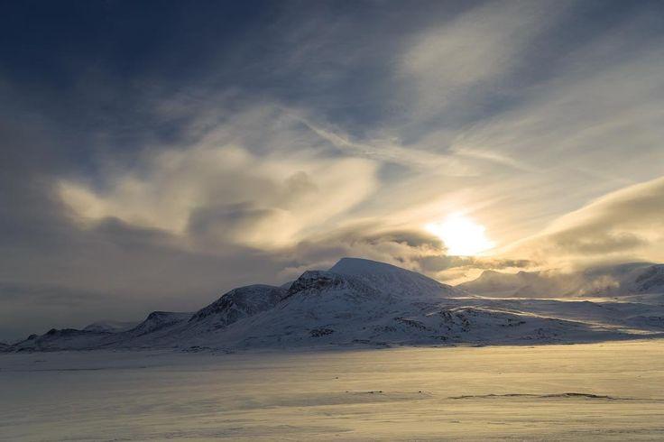 Starten wir heute mit den Fotos meiner Wintertour in Schwedisch Lappland.  Let's start with the first shot of my wintertour in swedish lappland.  __________ #dekography #discovearth #greatnorthcollective #wildernessculture #letsgosomewhere #ourplanetdaily #wildlifeplanet #keepitwild #stayandwander #ig_sweden #lonelyplanet #passionpassport #themountainiscalling #theoutbound #mindthemountains #explorewildly #finditliveit #adventuremobile #discoverglobe #northwestisbest #exploretocreate…