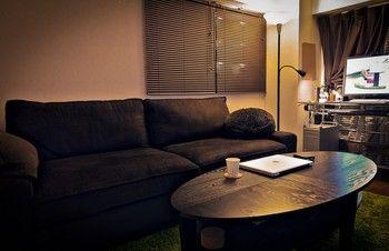 NOT フロアアップライト/読書ランプ 照明がふたつ備わっています。ひとつは柔らかにお部屋を照らす間接照明として、もうひとつはアームを自在に動かして読書灯に。 節電でき、しかも間接照明は部屋を広く見せる効果があるんです。