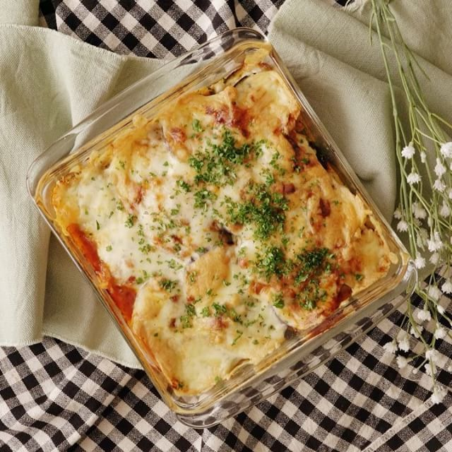 【餃子の皮で簡単!】ナスのとろ〜りラザニア🍆 ■材料 ・ナス 4本 ・餃子の皮 12枚 ・ミートソース 大さじ6 ・ピザ用チーズ 100g ・パセリ 適量 ・オリーブオイル 適量 ■手順 【事前準備】 1) 輪切りにしたナスは、水にさらす。 2) 耐熱皿にオリーブオイルを塗る。 3)餃子の皮は水に一度さっとくぐらせる。  1. ナスは5mm幅の薄い輪切りにし、水にさらす。 2. 耐熱皿に、なす→餃子の皮→ミートソース→ピザ用チーズの順に3回重ねる。 3. 250度のオーブンで15分、アルミホイルをかぶせて180度で10〜15分焼く。 4. 仕上げにパセリをちらす。 #food #foodie #cooking #recipe #tastemade #料理 #クッキング #レシピ #おうちご飯 #おうちごはん #おうちカフェ #ランチ #お昼ごはん #ディナー #夜ごはん #ナス #なす #ラザニア #餃子の皮
