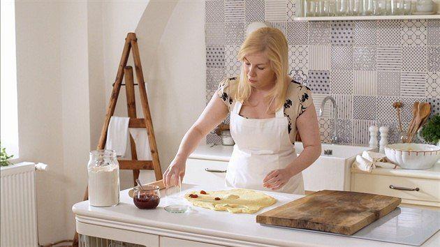 Dita vyrazila ve čtvrtém díle seriálu České televize se sourozenci na chalupu a oprašuje nejmilovanější recepty po babičce. Pošlete nám ten svůj a vyhrajte kuchařku Deník Dity P.