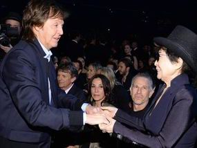 Sir Paul McCartney embraces Yoko Ono before performing with Ringo Starr at 2014 Grammys | Showbiz | News | Daily Express