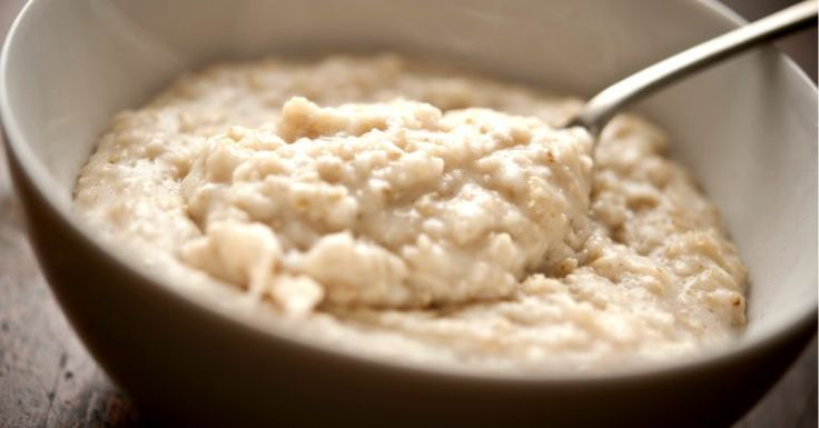 Mingau de aveia proteico é uma potente variação da clássica receita de mingau, ideal para quem deseja endurecer o corpo e emagrecer com saúde. O que faz dele ótimo para quem malha são as claras de ovo, que são riquíssimas em proteínas, o que é essencial para a formação de músculos. Por que faz b
