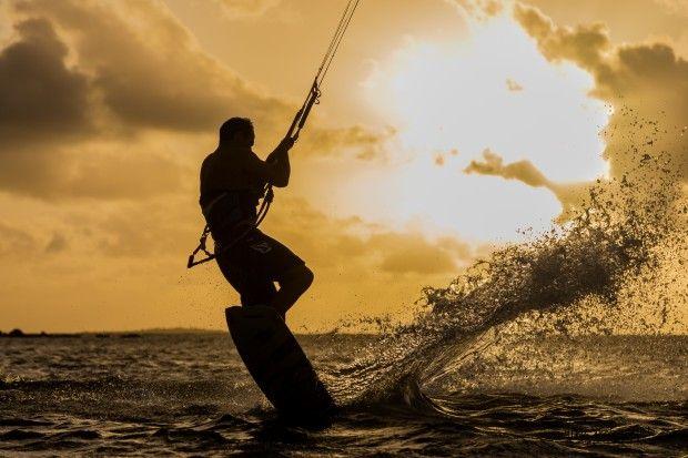 Session de Kite Surf au large d'une plage de Nouméa (Nouvelle-Calédonie). Photographie de Arno Elissalde
