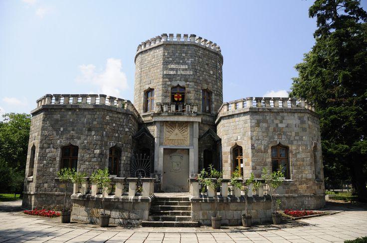 """Castelul """"Iulia Hasdeu"""" este un castel din municipiul Câmpina, construit între anii 1893 și 1896. Muzeul a fost construit pentru comemorarea Iuliei Hasdeu, fiica lui Bogdan Petriceicu Hasdeu, care a murit la 19 ani de tuberculoză."""