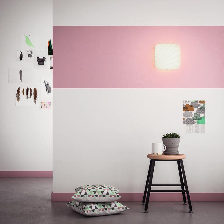 MEZEN jest prostokątnym kinkietem i oprawą sufitową o subtelnym, żebrowanym, szarym wzorze. Kwadratowa podstawa zapobiega powstawaniu cieni na rogach, a piaskowane szkło nadaje luksusowy styl i tworzy atmosferę, równomiernie rozpraszając ciepłe i białe światło LED. #Philips #Lighting #oświetlenie #salonu #sypialni #przedpokoju