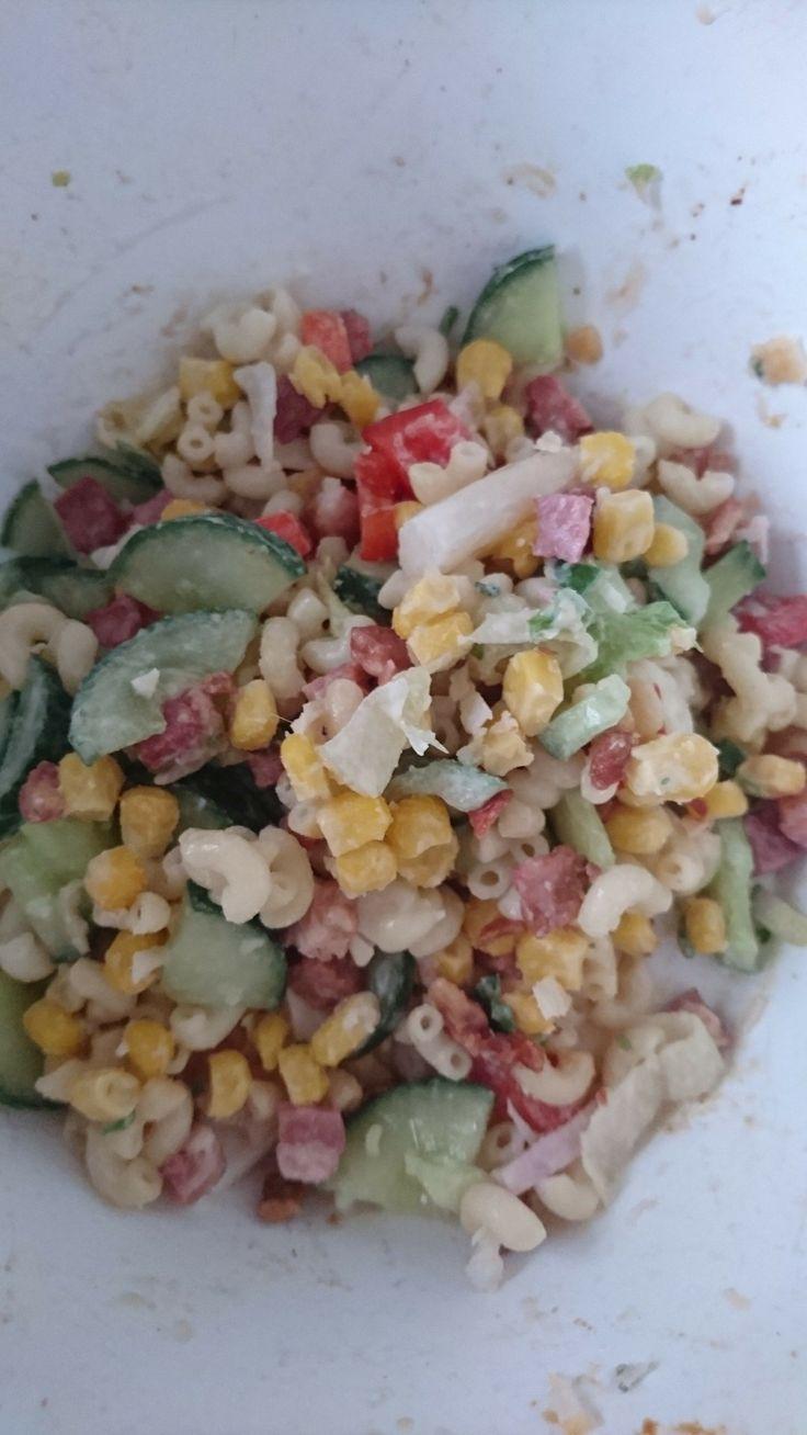 Heerlijke salade! Eigenlijk per ongeluk ontdekt: pasta  - maïs - komkommer - paprika - uitgebakken spekjes - ijsbergsla - kant en klaar aspergesalade van de Jumbo 😉 #nieuw recept gevonden