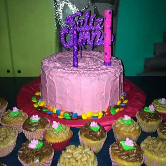 Torta piñata 4 pisos con relleno de bon o bon y cobertura de crema chantilly
