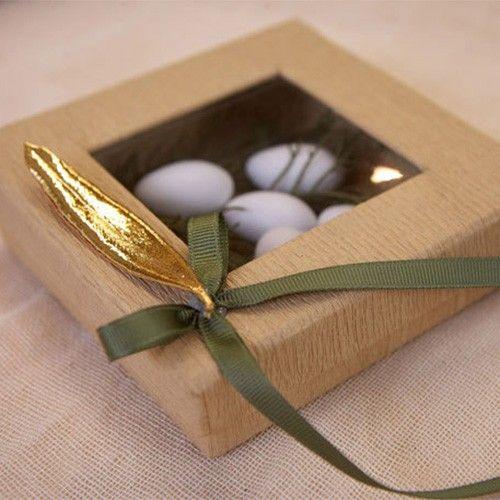 Χειροποίητη μπομπονιέρα, με κραφτ κουτί και στολισμένο με αληθινό φύλλο ελιάς βουτηγμένο σε χρυσό 24Κ, με 7 κουφέτα Χατζηγιαννάκη.