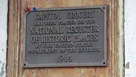Walau tidak murah dan mudah, pemerintah Baton Rouge, ibu kota negara bagian Louisiana, memutuskan mempertahankan bagian kota yang disebut 'Spanish Town' menjadi kawasan bersejarah. Rumah-rumah dilestarikan dan mempertahankan arsitektur aslinya ditunjang dengan informasi yang dipancang di depannya.  Di YouTube: https://youtu.be/dULo8pPWMvA