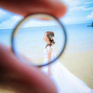 """婚約指輪 (エンゲージリング) や 結婚指輪 (マリッジリング) は、お二人にとって""""永遠の愛""""を誓う特別なリングですよね♡ その特別なリングを《前撮り》や《フォトウェディング》で、可愛らしく写真におさめるアイディアがあります!それが、親指に顔を描いて、リングをかぶせた「親指の新郎新婦」なのです♪"""