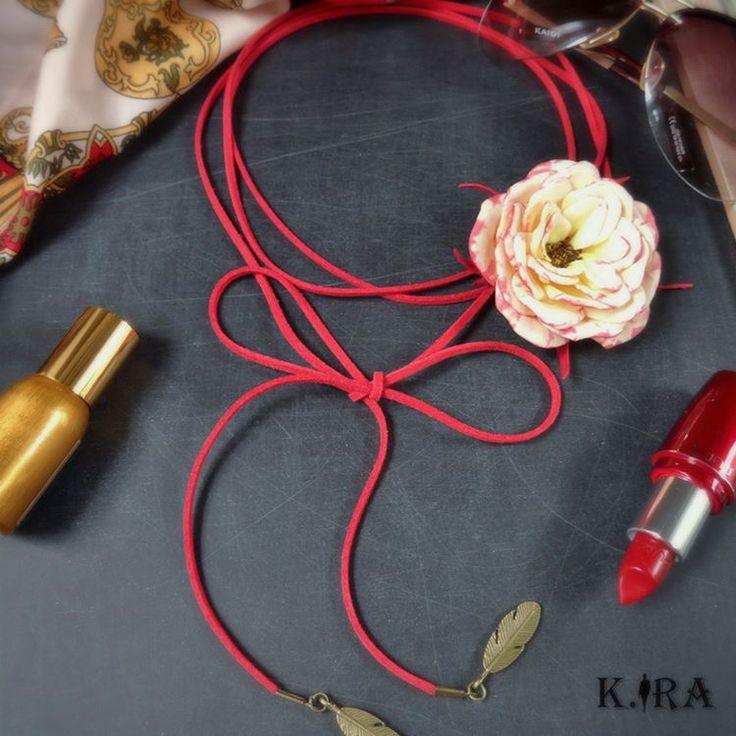 И снова чокер-шнурок с цветком. Пополняю коллекцию украшений-трансформеров. Это и #чокер, и #браслет, #украшениенаволосы или шляпу... и тд., хоть на пояс, хоть на сумку)) Ваша белая строгая блузка расцветет с таким #украшениеподворотник.🌼 Шнурок эко-замша длина 2 м, цветок из фоамирана не съемный, но подвижный, можно варьировать на какой стороне носить или отрегулировать по центру, кому как нравится. Материал цветка влаги и сминания не боится, это не ткань.