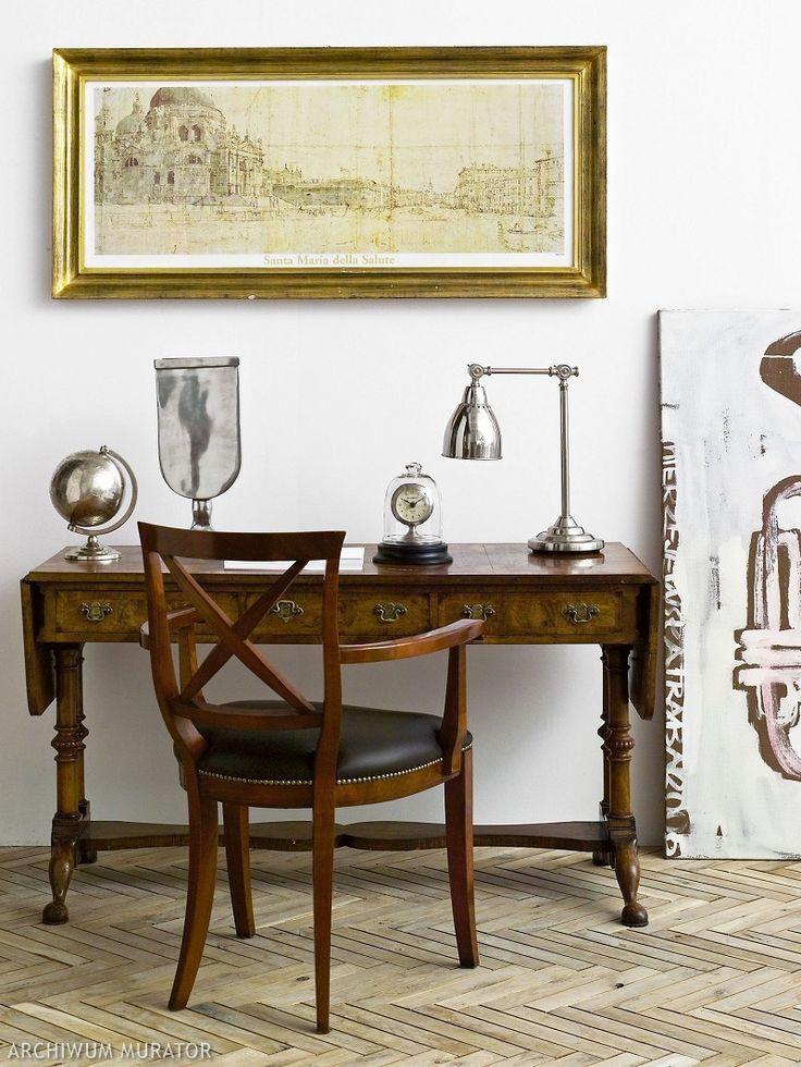 Eklektyczny stolik klapak. Charakterystyczne dla stylu toczone podpory oraz ozdobne mosiężne ciągadła szuflad.