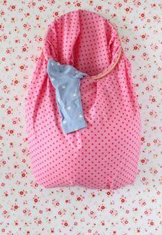 Os cestos de roupa suja de plástico ocupam muito espaço. Usando tecido, você consegue guardar as suas roupas usadas de forma mais compacta e ainda personalizar as cores de acordo com a sua decoração.