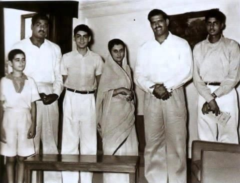 A rare picture from 1960s:  From L to R: Sanjay Gandhi, Dara Singh's brother, Rajiv Gandhi, Indira Gandhi, Dara Singh & Amitabh Bachchan