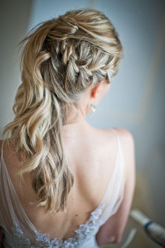 Hermoso peinado semi recogido hacia un costado
