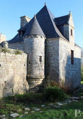 A l'extrême ouest du continent, dans le Finistère sud, un grand manoir du 16ème siècle classé MH, proche de l''Iroise - manoirs à vendre - bretagne - Patrice Besse Châteaux et Demeures de France, agence immobilière spécialisée dans la vente de châteaux, demeures historiques et tout édifice de caractère