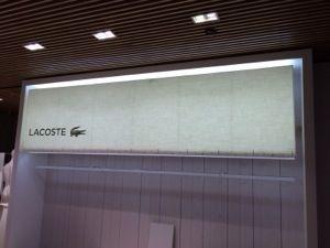 Réalisation des abat-jour pour le magasin Lacoste de beaugrenelle. Abat-jour rectangle de 320cm x 83cm de haut en tissus avec impression numérique.