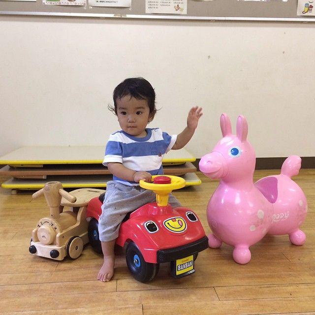 Instagram media baikimuman - 近所の公民館。遊び場があってかなりお世話になってます^_^ 息子もおもちゃで遊ぶようになってきたー!お姉ちゃんにふりまわされっぱなしの毎日だけど、成長してるね!乗り物のおもちゃ買ってあげたくなりました^_^  #1歳1ヶ月 #息子#弟#親バカ#ロディ