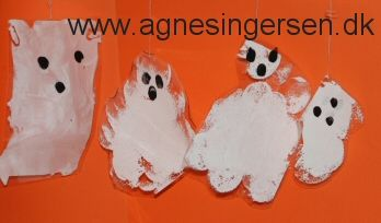 Så har vi også lavet spøgelser :) Spøgelserne er duppede ligesom maskerne og de er også nemme at lave for helt små børn :) :)  Læs mere om det på bloggen og se hvordan vi gjorde.  Husk at give mig noget credit når du bruger mine ideer. Her er vedledningen:  http://agnesingersen.dk/blog/spoegelser2015/. Easy kids crafts ghost halloween - Kinderbastelideen ghost