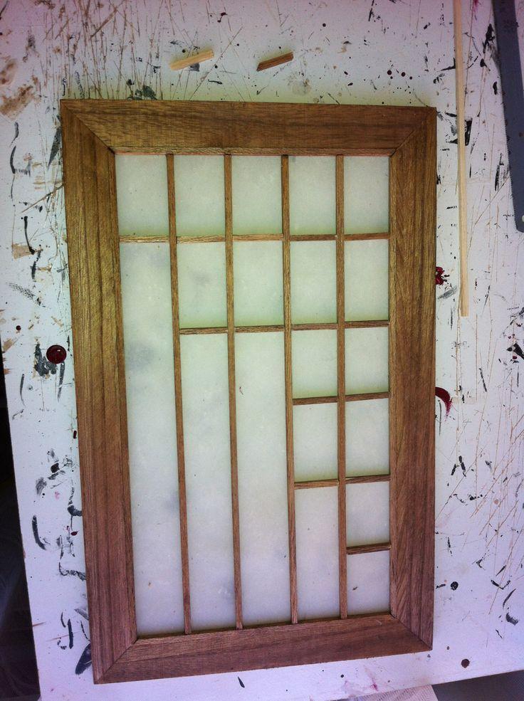 fabricando las puertas correderas (shoji) para el marco use la tapa de una caja de madera,forrada con un papel vegetal parecido al papel de arroz...