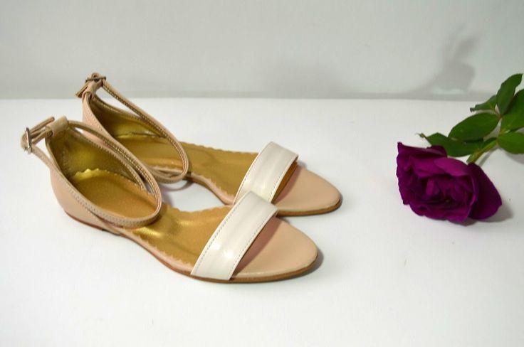 Společenské i svatební boty na nízkém podpatku kombinace ivory + písek materiál eko kůže. Sandálky na nízkém podpatku, balerínky, obuv na nízkom opatku, sandálky na nízkom opatku. Obuv od veľkosti 32 - 44.