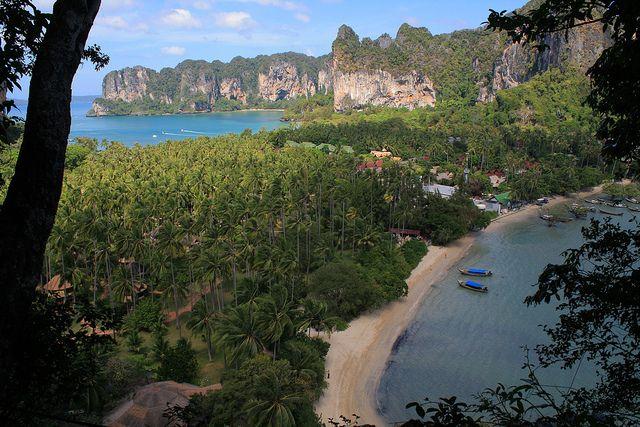 Railay Peninsula, Krabi.  Tutta l'area di Railay è un parco nazionale marino, nessun albergo è autorizzato a mettere lettini o sdraio sulle spiagge, che sono pubbliche ed accessibili a chiunque.  Nell'area di Railay vi sono quattro diverse spiagge: Railay West, Railay East, Phra Nang e Tonsai Beach. Tutte sono vicine tra loro e tutte sono accessibili da Krabi o Ao Nang solo ed unicamente in barca.
