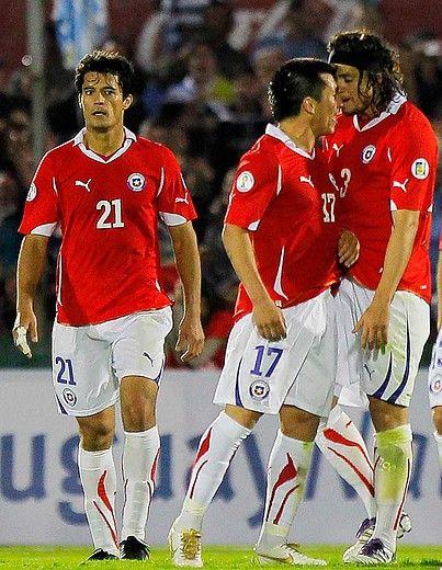 11 de Noviembre de 2011/MONTEVIDEO Gary Medel y Waldo Ponce discuten durante el partido válido por la Tercera Fecha de las Eliminatorias al Mundial FIFA Brasil 2014. Se enfrentan las Selecciones de Chile y Uruguay en el estadio Centenario de Montevideo. FOTO: RODRIGO SAENZ/AGENCIAUNO