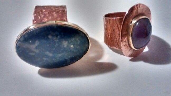 Anillo de cobre con engaste de bronce  y anillo cobre amatista, ambos enlacados para evitar desprendimiento de cobre  $20000