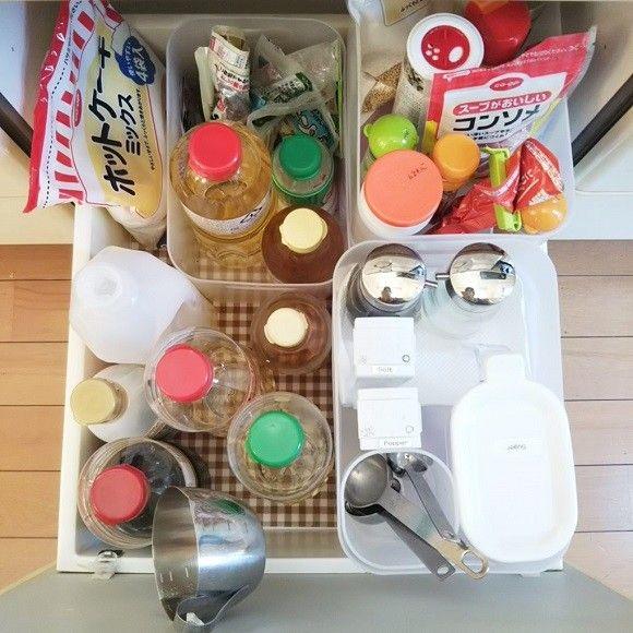 調味料の収納アイデア 一番深い引き出しに集める 計量カップやスプーンも一カ所にまとめる 塩砂糖などはケースの下にストック分を重ねて置く 収納 アイデア 調味料 収納 収納