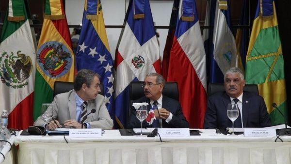 Jose Luis Rodriguez Zapatero (L), former Spanish Prime Minister, Danilo Medina (C), President of Dominican Republic and Miguel Vargas (R), Chancellor of the Dominican Republic. | Foto: Reuters