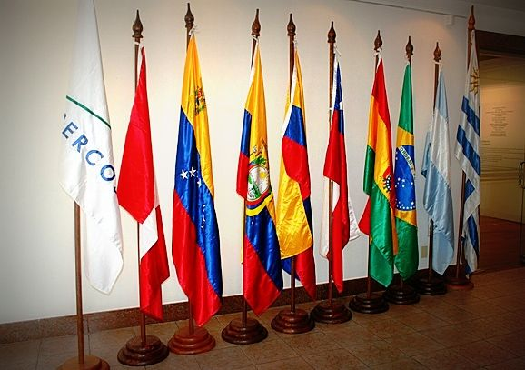 Comunicado de los países del Mercosur sobre los hechos de violencia en Venezuela   Los países del Mercosur rechazaron los hechos de violencia en Venezuela y enviaron el siguiente comunicado:  Los países fundadores del MERCOSUR expresan su más categórico rechazo a los hechos de violencia que tuvieron lugar en el día de ayer en la Asamblea Nacional de la República Bolivariana de Venezuela y que resultaron en la agresión contra Diputados y funcionarios de ese cuerpo. Tales hechos precedidos de…