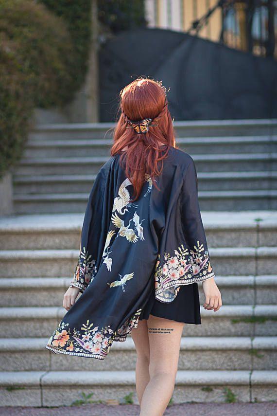 Preciosa chaqueta de Kimono hecho en sedoso (sintético imitación de seda, Vegano). Esta tela es muy suave y rico, muy elegante.  Este kimono es de tamaño libre, es una camisa de gran tamaño para usar sobre tu ropa de primavera/verano.  El diseño está inspirado en embrodery y pinturas tradicionales japoneses.