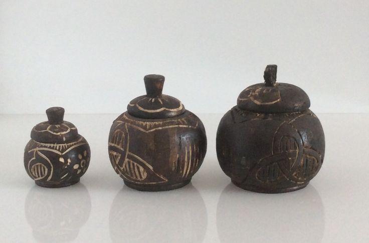 Set di 3 piccoli contenitori afro in legno. Grande. H.cm.11xdiametro8,5. Medio. H.cm.10xdiametro8. Piccolo. H.cm.7xdiametro5.