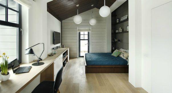 Фото интерьера спальни кабинета в маленькой и узкой мансарде. Дизайн–проект Алексея Шибаева и Александры Аверкиной.
