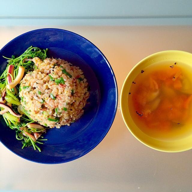 冷蔵庫にあったものです - 21件のもぐもぐ - お昼ごはん。コンビーフ、ネギ、ピーマンのチャーハンとセロリ、イカ、豆苗の炒めもの。しいたけとトマトのスープ。 by yuko710