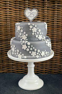 Zilveren taart voor 25 jarig huwelijk - silver wedding cake with white flowers