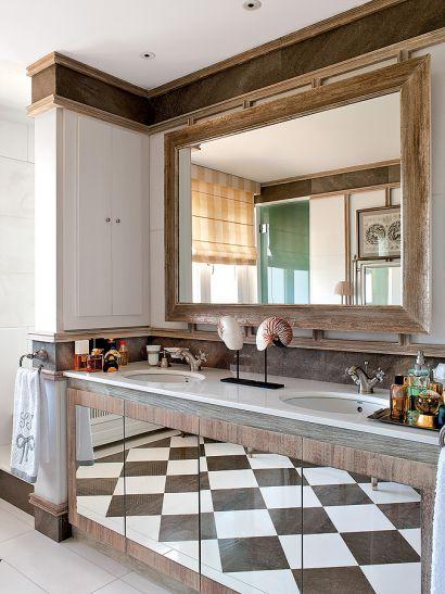 Łazienka w stylu hiszpańskim: kolonialna willa znajduje się w Asturii. Zobacz cały kolorowy dom w Hiszpanii TUTAJ. Fot. Montse Garriga/RBA Images #łazienki #mała #aranżacje #projekty #urządzanie #wnętrz #Hiszpania #świat #zagraniczne #inspiracje #drewno #pomysły #bathroom #ideas #world #asian #bath #room #design #modern #style