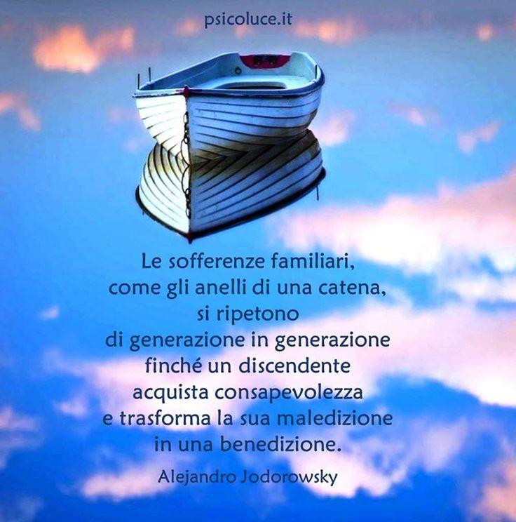 Le sofferenze familiari, come gli anelli di una catena, si ripetono di generazione in generazione finché un discendente acquista consapevolezza e trasforma la sua maledizione in una benedizione. Alejandro Jodorowsky